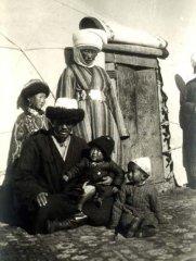 Фото кыргызской семьи. Приблизительно начало XX века.