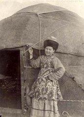 Девушка подросток у юрты. Казахи. Фотоархив РЭМ