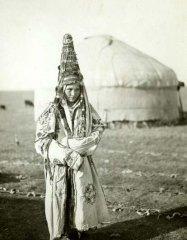 Молодая женщина в богатом наряде. Казахи. Фотоархив РЭМ