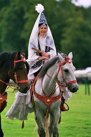 Ат мінген Қазақ қызы - Казашка на коне
