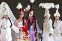 Казашки в традиционных нарядах