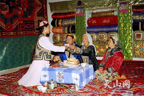 Кумульские уйгурки в традиционной одежде