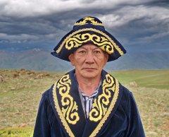 Портрет монгольского профессора в подаренной ему казахами одежде.