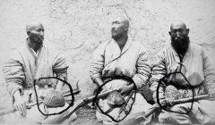 Оригинальные уйгурские тюбетейки и квадратная андижанская