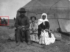 Симбай Салтунаев (кыргыз, купец) со своей женой и дочерью1.jpg