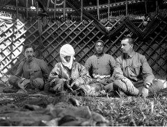 Французский востоковед Поль Пелльо, Курманжан датка и её внук в юрте «Алайской царицы».jpg