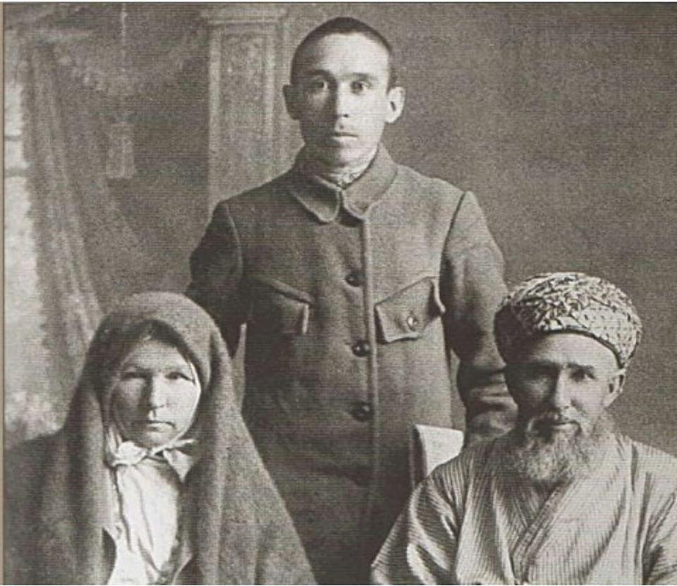 На фотографии родители и брат Ахметзаки Валиди Тогана: отец - Ахметша Валиди, мать - Уммулхаят Валиди и брат Габдрауф Валиди.