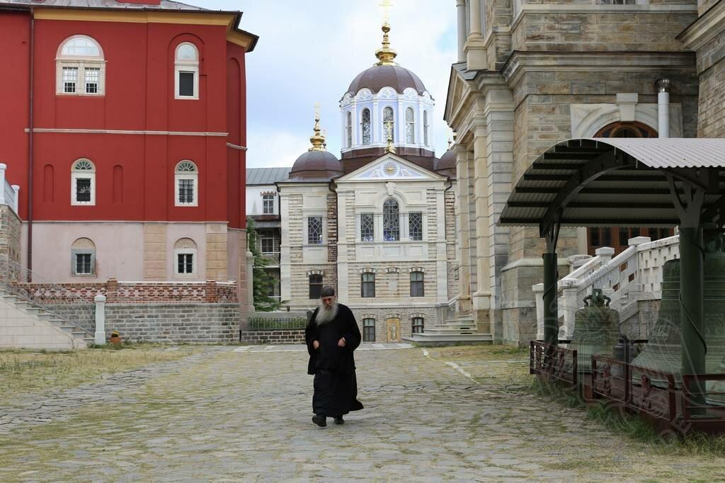 Русские на Афоне (внутренний двор скита Апостола Андрея).jpg